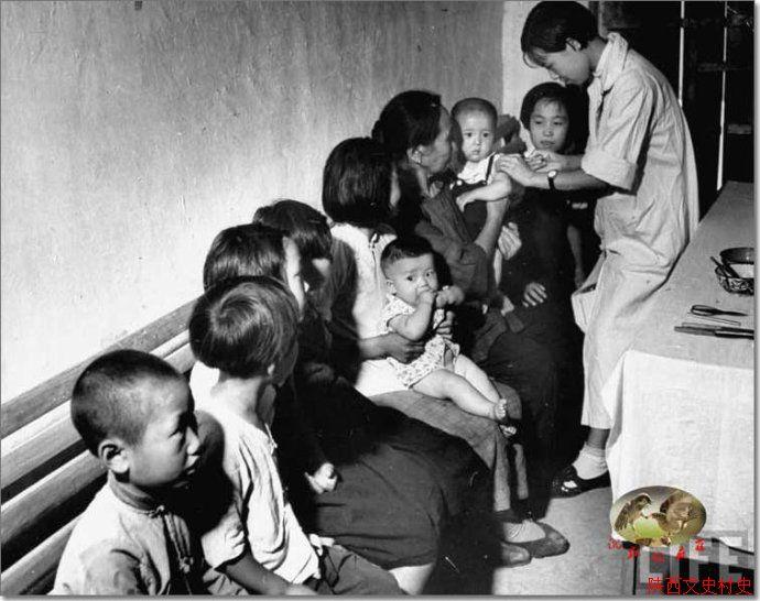 妇女儿童在做健康保健